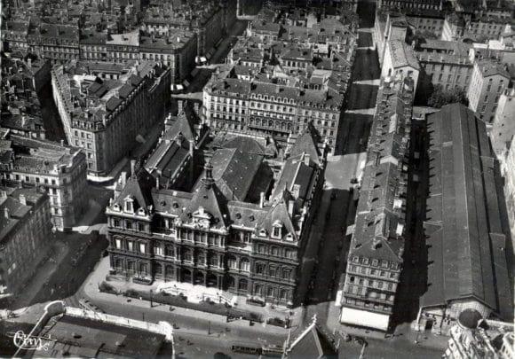 Vue aérienne des Halles qui s'étendaient des Cordeliers jusqu'à la rue Gentil