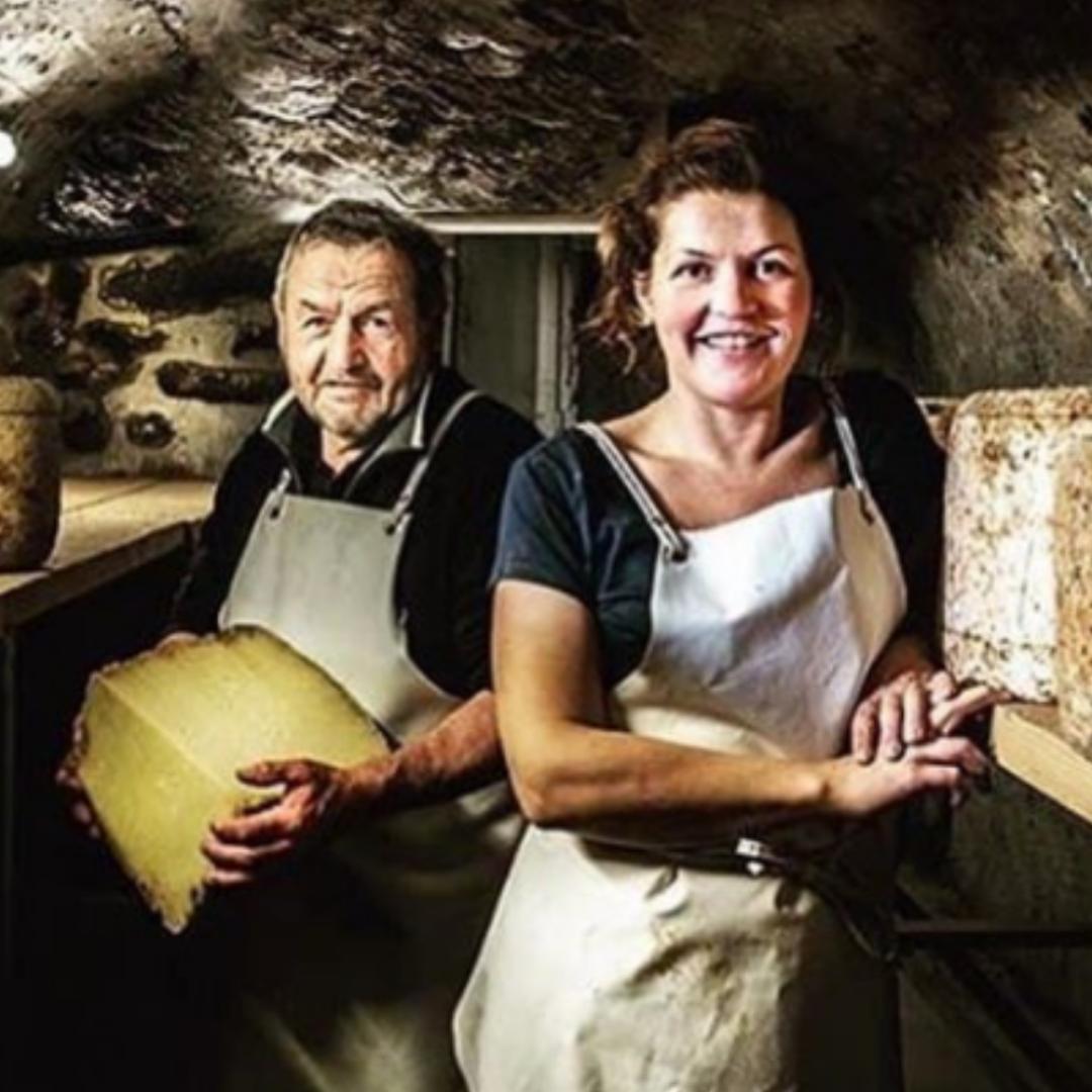 Charlotte Salat et son père dans leur cave à fromages